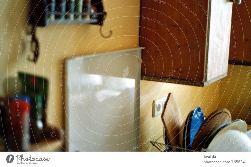 Kitchen Story alt gelb Innenarchitektur braun Raum Wohnung Häusliches Leben Sauberkeit Küche einfach Kräuter & Gewürze Möbel Teller Schneidebrett Reinigen Geschirrspülen