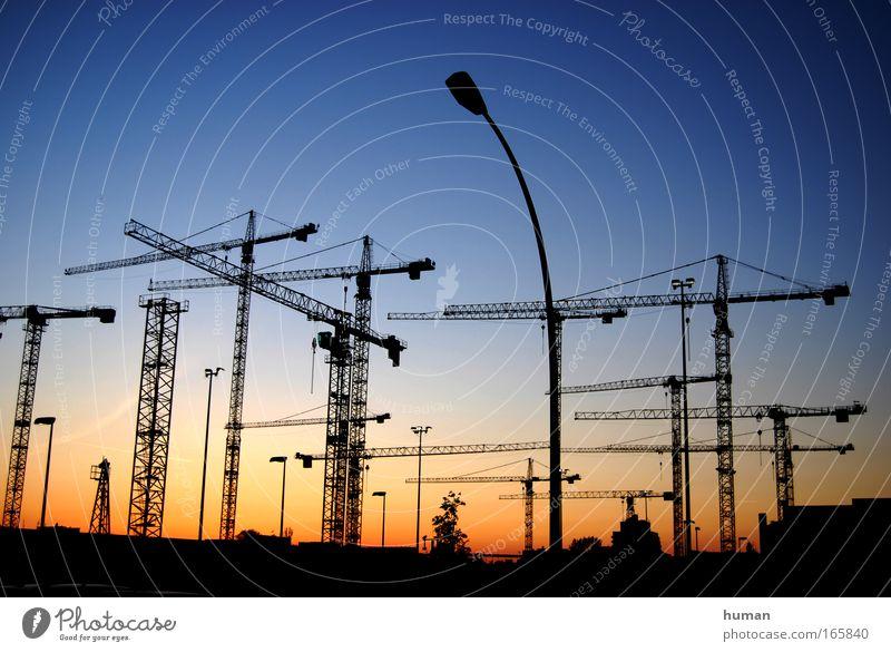 The sun sets and the cranes rise Berlin Deutschland Europa Bauwerk Standort bauen ästhetisch eckig einfach Ferne gigantisch groß neu schön blau gelb Kraft Macht