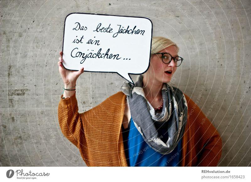 Das beste Jäckchen Mensch feminin Junge Frau Jugendliche Gesicht 1 18-30 Jahre Erwachsene Mode Jacke Brille Schal blond Beton Schriftzeichen