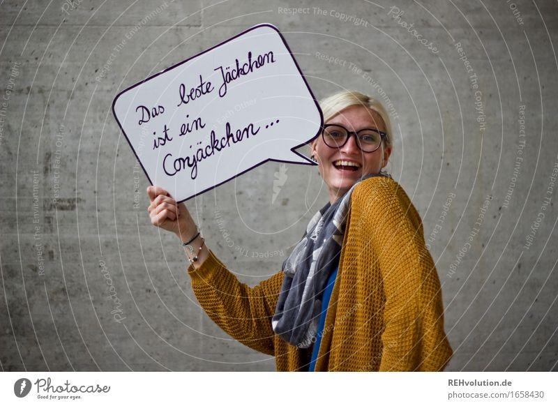 blau machen | mit Conjäckchen Mensch feminin Junge Frau Jugendliche 1 18-30 Jahre Erwachsene Brille blond Zopf Beton Schriftzeichen Schilder & Markierungen