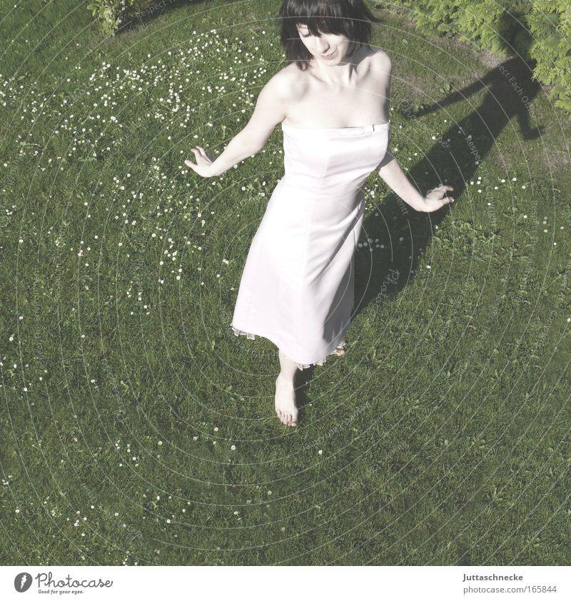 Elfentanz Mensch Jugendliche Sommer Freude feminin Wiese Leben Gras Garten Glück Fuß Zufriedenheit Tanzen Haut natürlich