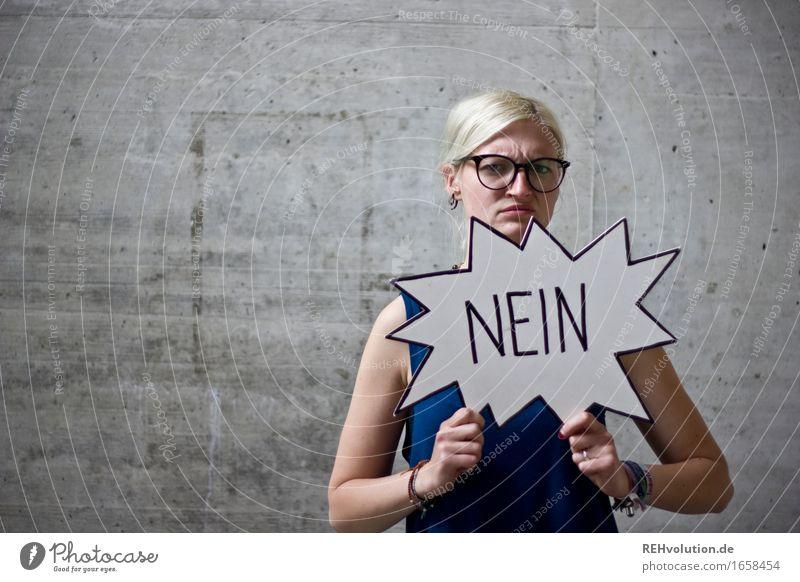 Jule | NEIN Mensch feminin Junge Frau Jugendliche 1 18-30 Jahre Erwachsene Brille blond Beton Zeichen Schriftzeichen Schilder & Markierungen Hinweisschild