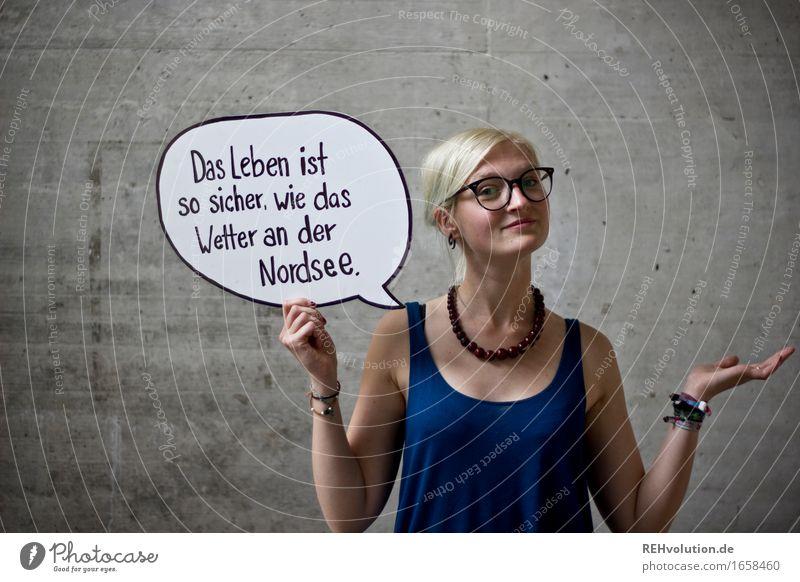Das Leben ist so sicher ... feminin Junge Frau Jugendliche Gesicht 1 Mensch 18-30 Jahre Erwachsene Brille blond Beton Schriftzeichen Schilder & Markierungen
