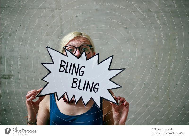 Jule | BlingBling Mensch feminin Junge Frau Jugendliche 1 18-30 Jahre Erwachsene Brille blond Beton Zeichen Schriftzeichen Schilder & Markierungen Hinweisschild