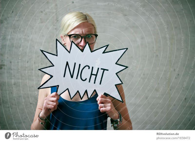 Jule | NICHT Mensch feminin Junge Frau Jugendliche Gesicht 1 18-30 Jahre Erwachsene Brille blond langhaarig Beton Zeichen Schriftzeichen Schilder & Markierungen
