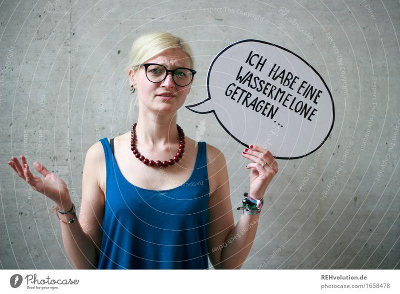 Ich habe eine Wassermelone getragen Mensch feminin Junge Frau Jugendliche 1 18-30 Jahre Erwachsene Brille blond Zopf Beton Schriftzeichen