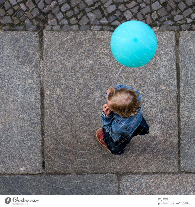 Soll ich oder soll ich nicht? Mensch Kind blau Freude Straße Spielen Freiheit Glück blond fliegen Luftballon rund Unendlichkeit Neugier Kindheit