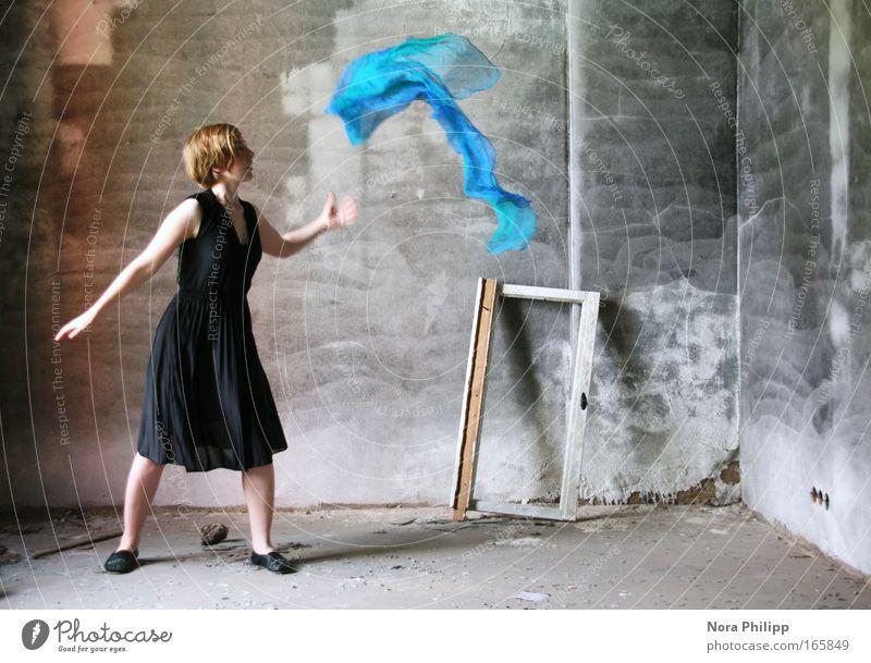 Mein Blau kann tanzen! Farbfoto Gedeckte Farben Innenaufnahme Textfreiraum rechts Tag Zentralperspektive Blick nach vorn Stil Tanzen Mensch feminin Junge Frau