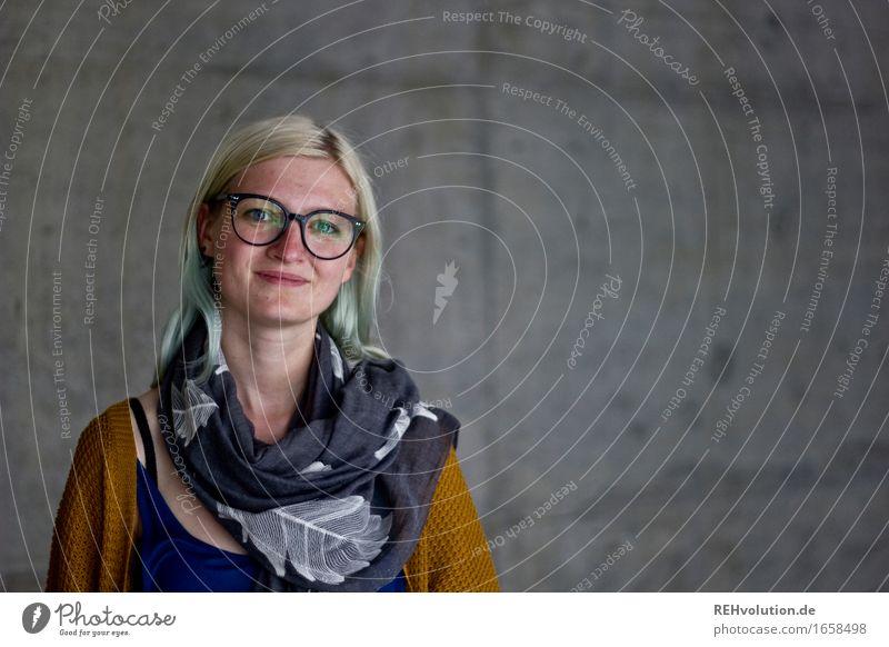 Jule | Betonportrait Berufsausbildung Azubi lernen Student Business Mensch feminin Junge Frau Jugendliche Erwachsene Gesicht 1 18-30 Jahre Brille blond Lächeln