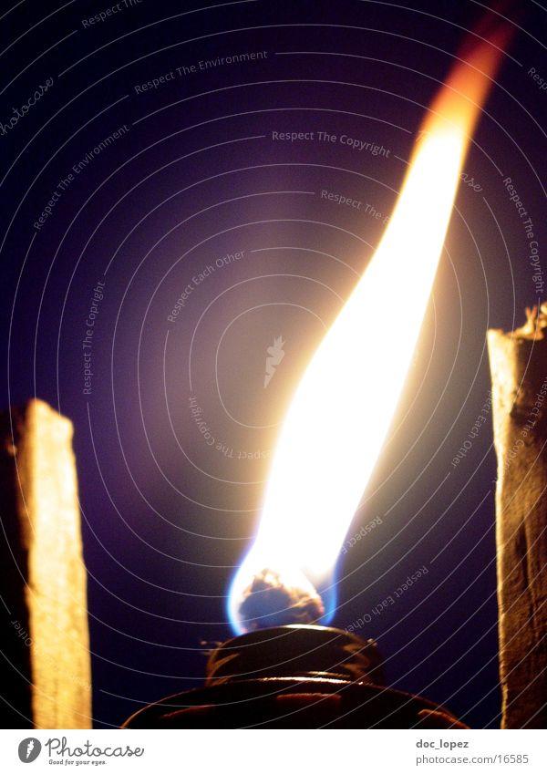IrresLicht_3 Nacht dunkel Irrlicht erleuchten brennen Stimmung Romantik Camping Freizeit & Hobby violett Dinge Flamme hell Fackel untergehen Brand