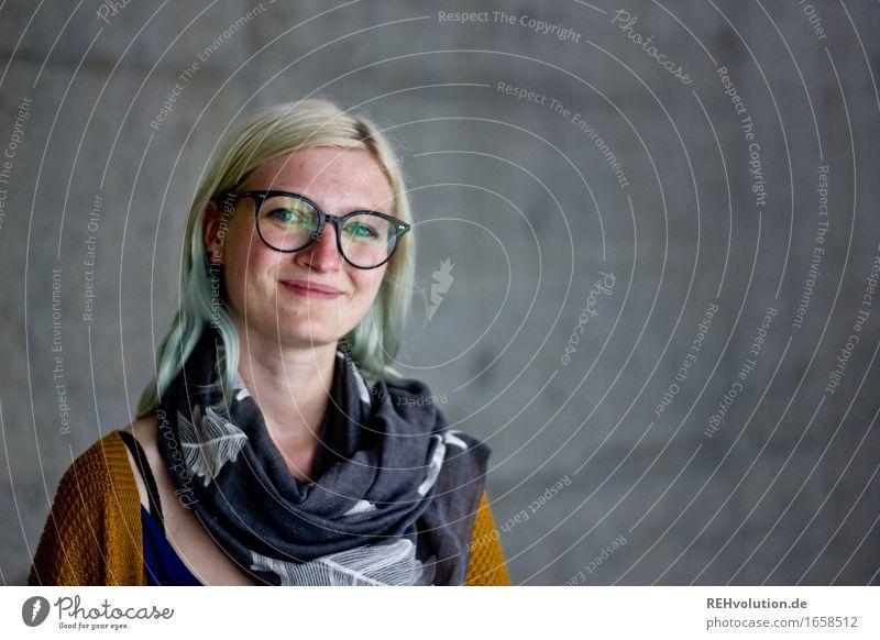 Jule | Betonportrait Mensch feminin Junge Frau Jugendliche Erwachsene Haare & Frisuren Gesicht 1 18-30 Jahre Brille Schal blond langhaarig Lächeln authentisch