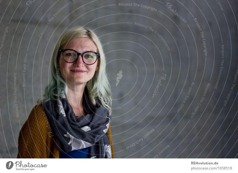 Jule | Betonportrait Stil lernen Student Mensch feminin Junge Frau Jugendliche Erwachsene Gesicht 1 18-30 Jahre Brille Schal Haare & Frisuren blond Lächeln