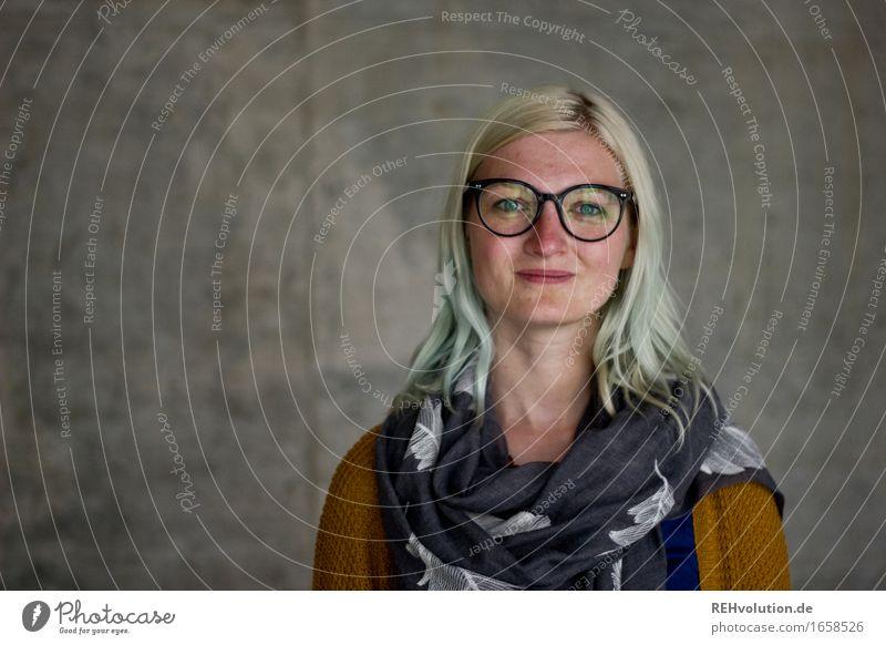 Jule Design Student Mensch feminin Junge Frau Jugendliche Gesicht 1 18-30 Jahre Erwachsene Beton Lächeln trendy schön grau Fröhlichkeit Zufriedenheit
