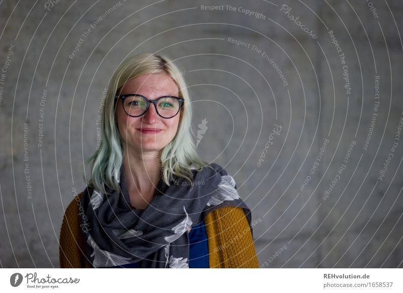 Jule | vor Beton Mensch feminin Junge Frau Jugendliche 1 18-30 Jahre Erwachsene Brille Haare & Frisuren blond langhaarig Lächeln Coolness Glück trendy