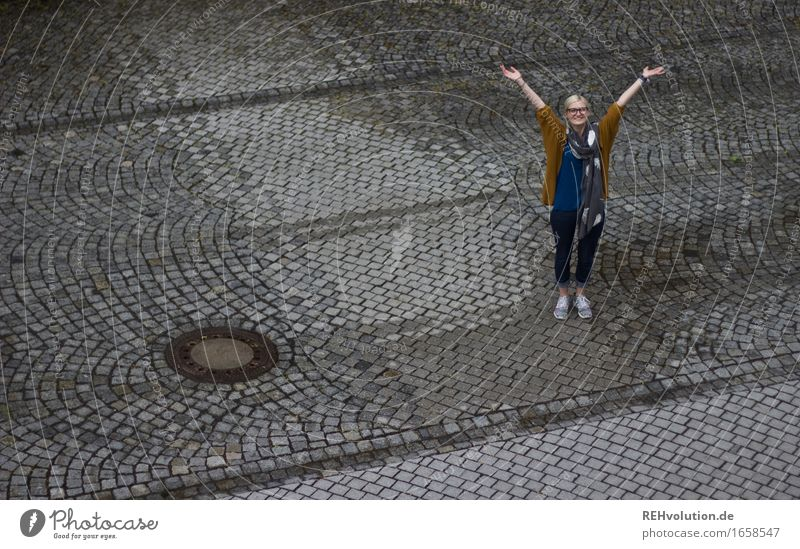 Jule | jubelt Mensch feminin Junge Frau Jugendliche 1 18-30 Jahre Erwachsene Straße Feste & Feiern Lächeln lernen außergewöhnlich blond Coolness Erfolg Glück