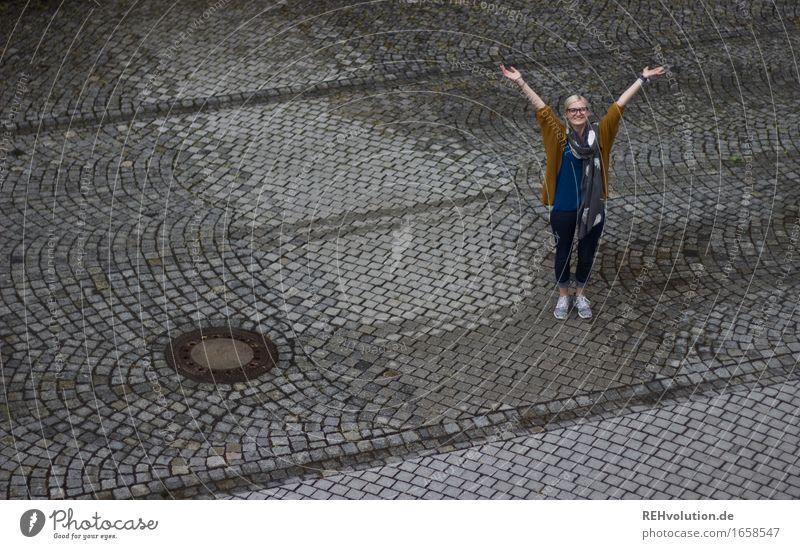Jule | jubelt Mensch Jugendliche schön Junge Frau Freude 18-30 Jahre Erwachsene Straße natürlich feminin Glück außergewöhnlich Freiheit grau Feste & Feiern