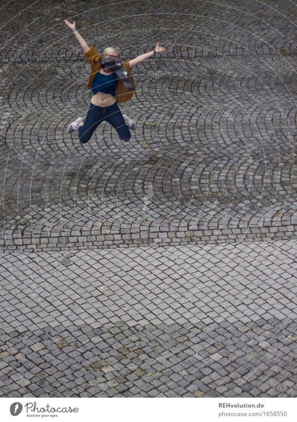 Jule | jubelt Freude Glück sportlich Fitness Mensch feminin Junge Frau Jugendliche 1 18-30 Jahre Erwachsene Bewegung springen blond Coolness Fröhlichkeit