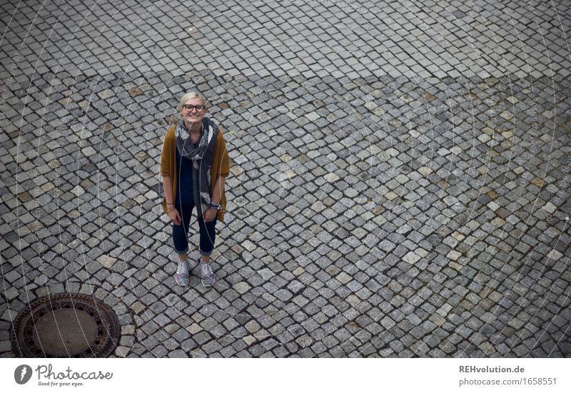 Jule | Kopfsteinpflaster Lifestyle Stil Student Mensch feminin Junge Frau Jugendliche Erwachsene 1 18-30 Jahre Platz Straße Brille Haare & Frisuren blond