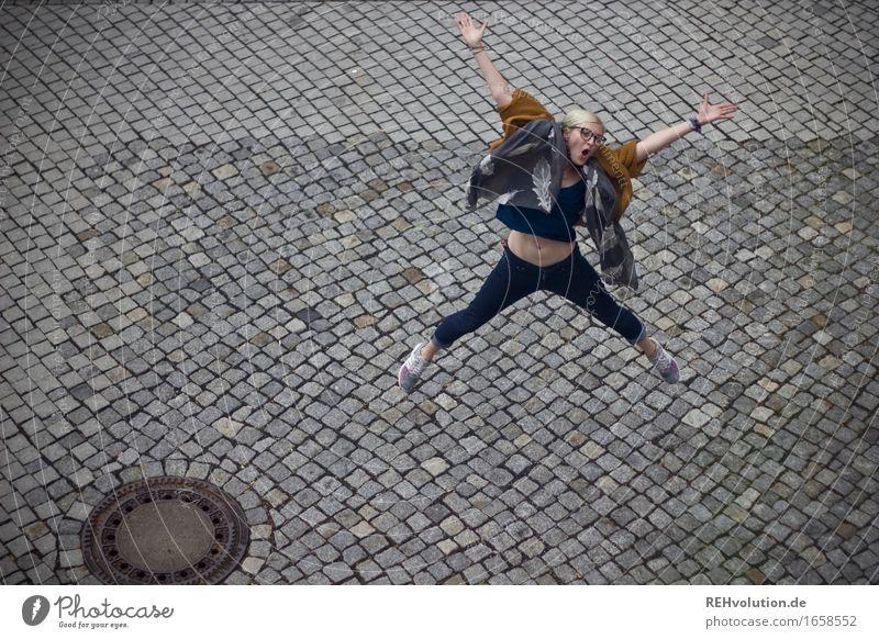 JubelJule Mensch feminin Junge Frau Jugendliche 1 18-30 Jahre Erwachsene Platz Brille blond Bewegung Fitness schreien springen sportlich Coolness Fröhlichkeit