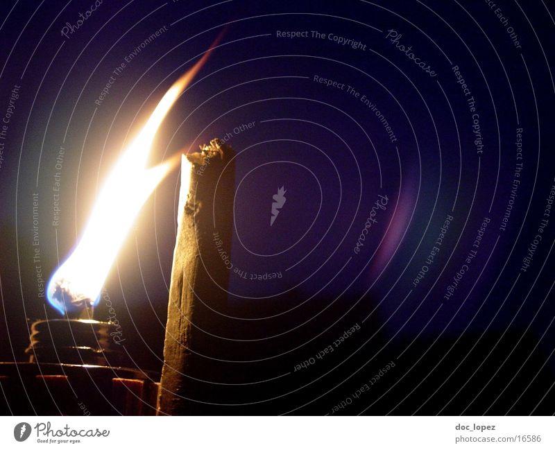 Irrlicht_2 Licht Nacht dunkel erleuchten brennen Stimmung Romantik Camping Freizeit & Hobby violett Dinge Flamme hell Fackel untergehen Brand