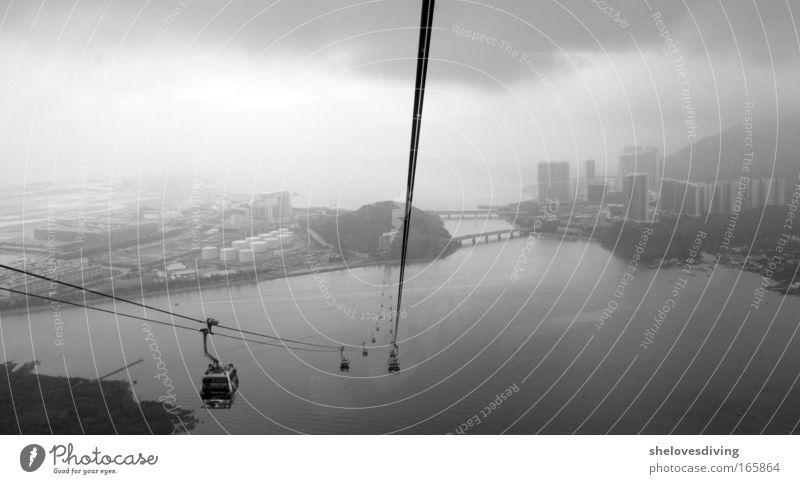 Höhenangst? weiß schwarz Ferne Freiheit grau Angst fliegen groß Asien China Schwarzweißfoto Schweben Platzangst Hauptstadt Sightseeing Hafenstadt