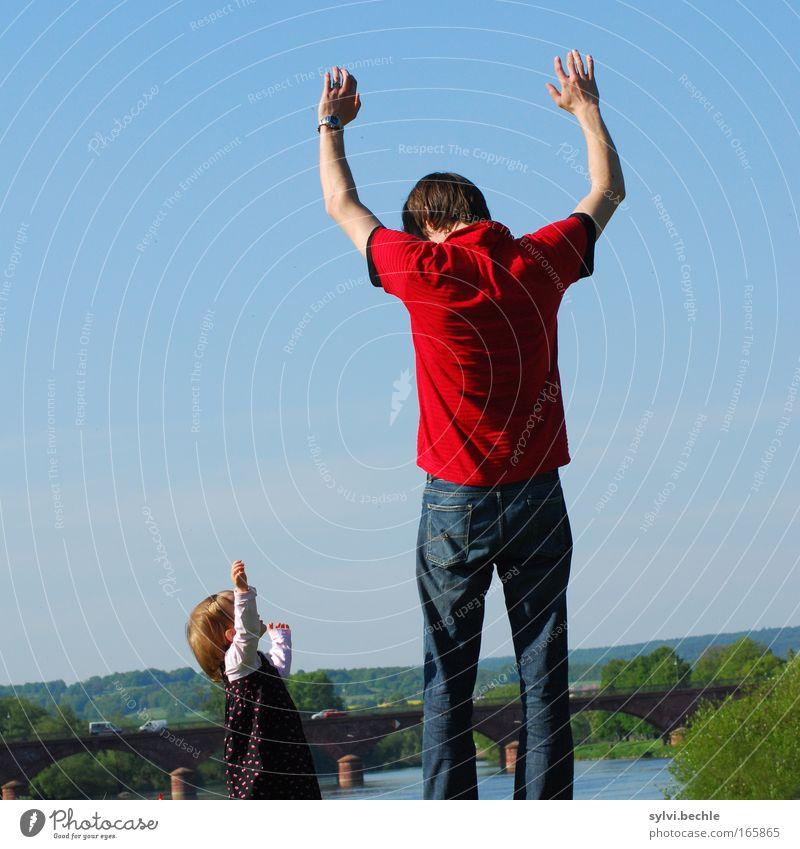 hands in the air Mann Hand Mädchen blau Kind Eltern Leben Freiheit Familie & Verwandtschaft Zusammensein Erwachsene Arme Erfolg frei hoch