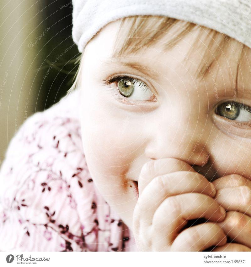 was stell ich nur als nächstes an? Kind Hand Mädchen Gesicht ruhig Auge Glück Zufriedenheit warten glänzend Finger Freude sitzen Fröhlichkeit Porträt beobachten