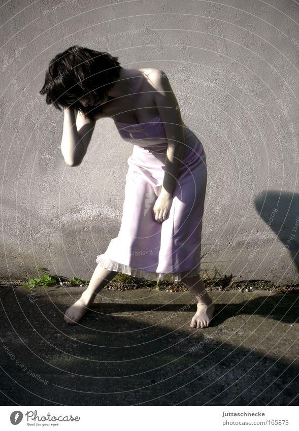 Wenn Gondeln Trauer tragen Mensch Jugendliche feminin Traurigkeit Haut stehen Kleid Frau Schmerz schreien Verzweiflung Junge Frau Liebeskummer weinen