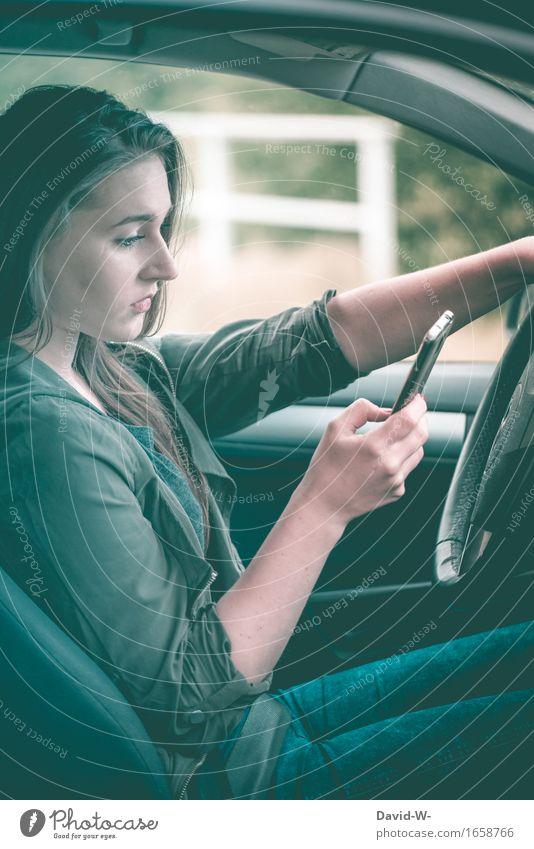Achtung Lebensgefahr Mensch Frau Jugendliche Junge Frau Erwachsene Straße Gesundheit Tod Verkehr PKW gefährlich bedrohlich lesen schreiben Handy