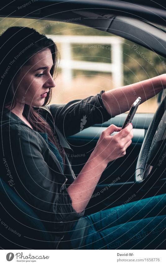 Handy am Steuer Frau Auto Autofahren gefahr abgelenkt sms lesen Unfallgefahr PKW