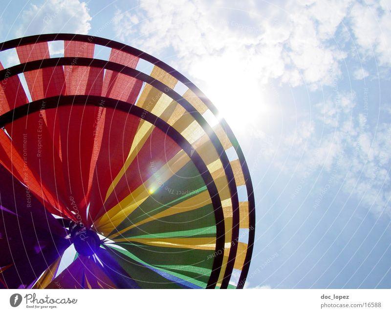 Windradsicht_2 mehrfarbig blenden Wolken Spielzeug rund Dinge Himmel Sonne Perspektive hell Anschnitt Blendenfleck