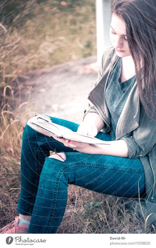 junge Frau liest draußen in der Natur ein Buch natur lesen Bücher Lesestoff Leserin Leseratte Geschichten lernen ruhe Entspannung Bildung Literatur Farbfoto