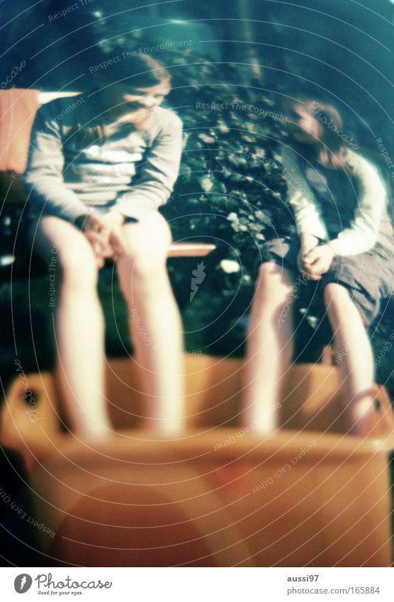 Tag des Surrealismus Mensch Kind Mädchen Freude sprechen Gefühle Glück Freundschaft Zufriedenheit Zusammensein Freizeit & Hobby Schwimmen & Baden Lebensfreude
