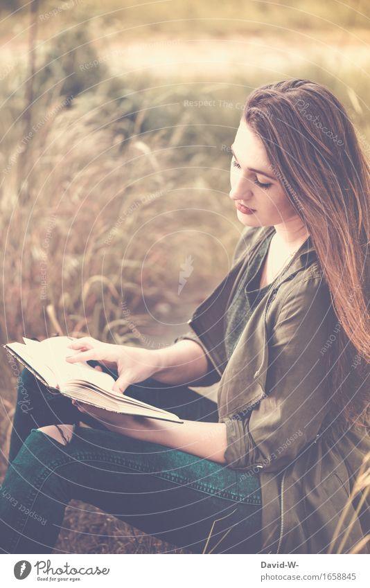 hübsche junge Frau liest ein Buch lesen Leserin draußen Natur lernen Studium Studentin vertieft Literatur Lesestoff Bildung