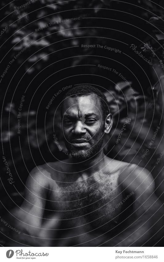 ° Sommer Mensch maskulin Mann Erwachsene Leben 1 30-45 Jahre schwarzhaarig kurzhaarig Bart beobachten Denken sitzen sportlich authentisch bedrohlich dunkel