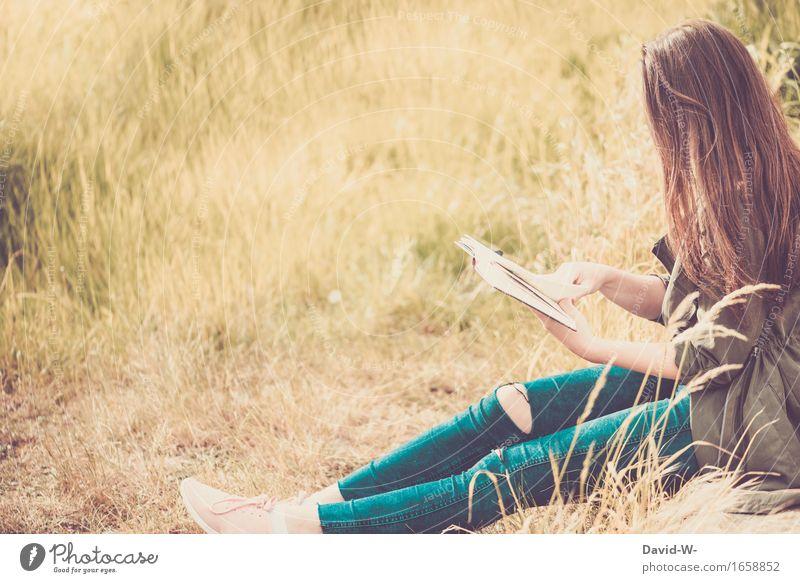 Frau liest draußen im Freien ein Buch buch lesen mädchen junge Frau lernen Wissen klug anonym