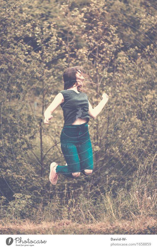 Sprung in die Luft Frau springt springen Freude Happy freudig hüpfen Lächeln Junge Frau Fröhlichkeit Freudensprung