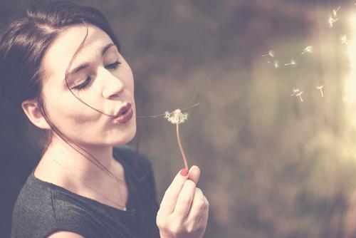 junge Frau pustet an einer Pusteblume Lippenstift Nagellack Freizeit & Hobby Ferien & Urlaub & Reisen Ferne Freiheit wandern Mensch feminin Kind Junge Frau
