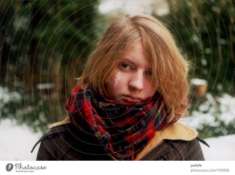 winter Farbfoto Außenaufnahme Textfreiraum links Textfreiraum oben Tag Schwache Tiefenschärfe Zentralperspektive Porträt Vorderansicht Blick Blick in die Kamera
