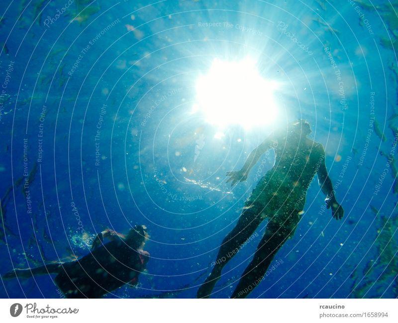Mannschwimmen im Meer mit den Sonnenstrahlen, die durch scheinen Kind Junger Mann Jugendliche 2 Mensch Leidenschaft Unterwasseraufnahme Schwimmsport Wasser