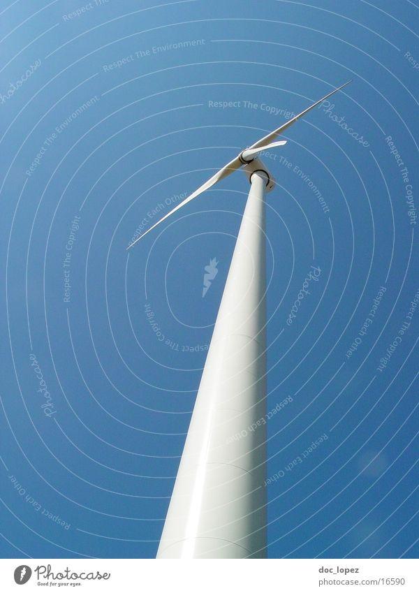 in_den_Himmel_flüchten_3 weiß Sonne blau Ferne Wind Perspektive Industrie Energiewirtschaft Elektrizität Sehnsucht Windkraftanlage drehen Flucht ökologisch