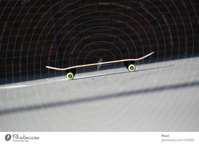 Rollbrett Farbfoto Außenaufnahme Textfreiraum oben Textfreiraum unten Hintergrund neutral Schatten Schwache Tiefenschärfe Zentralperspektive Freizeit & Hobby