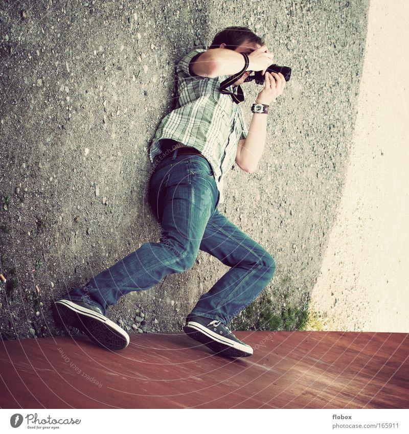 [MUC-09] Voller Einsatz Freude Freizeit & Hobby Fotokamera Mann Erwachsene liegen Leidenschaft Perspektive Fotograf Fotografieren Profi professionell