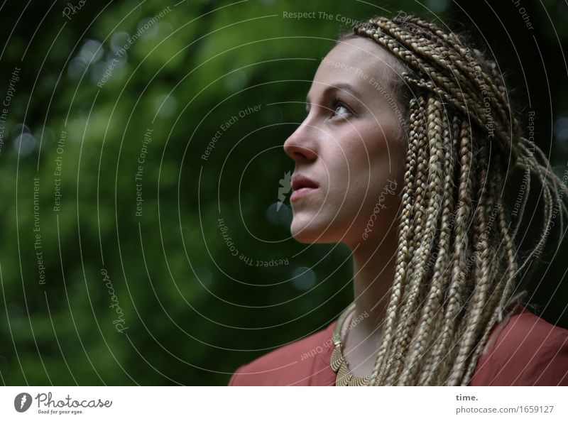 . feminin 1 Mensch Park Hemd Schmuck Halskette blond langhaarig Zopf Rastalocken beobachten entdecken Blick warten elegant Neugier schön selbstbewußt Mut