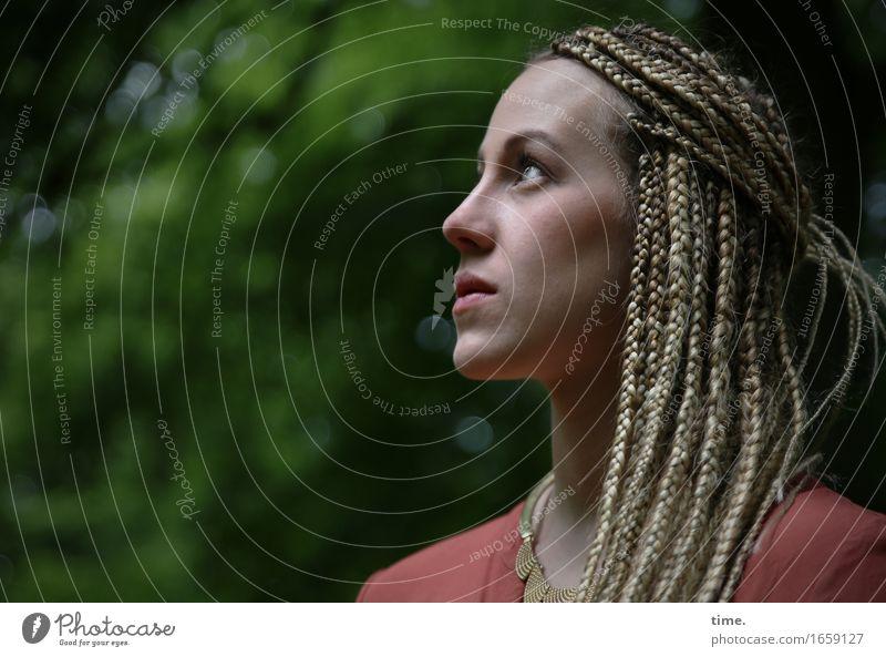. Mensch schön Leben feminin Park elegant blond warten beobachten Neugier entdecken Gelassenheit Mut Konzentration Wachsamkeit Hemd