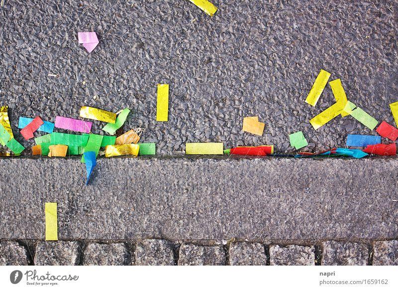 wenn alles gesagt ist Lifestyle Freizeit & Hobby mehrfarbig Freude Ende Party Farbe Straße Bordsteinkante Müll Rest Konfetti Lametta danach Traurigkeit Karneval