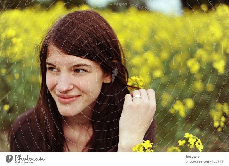 Rapsrike. Mensch Natur Jugendliche schön Pflanze Sommer Blume Freude Erwachsene Erholung gelb feminin Umwelt Landschaft Haare & Frisuren