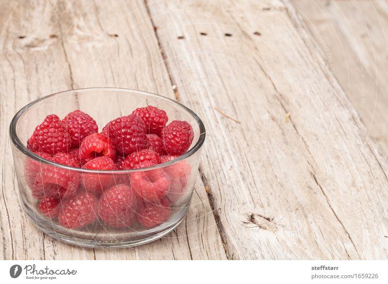 Klarglasschüssel reife Himbeeren Lebensmittel Frucht Ernährung Essen Frühstück Picknick Schalen & Schüsseln Glas Gesundheit Pflanze Holz Diät rosa rot Farbfoto