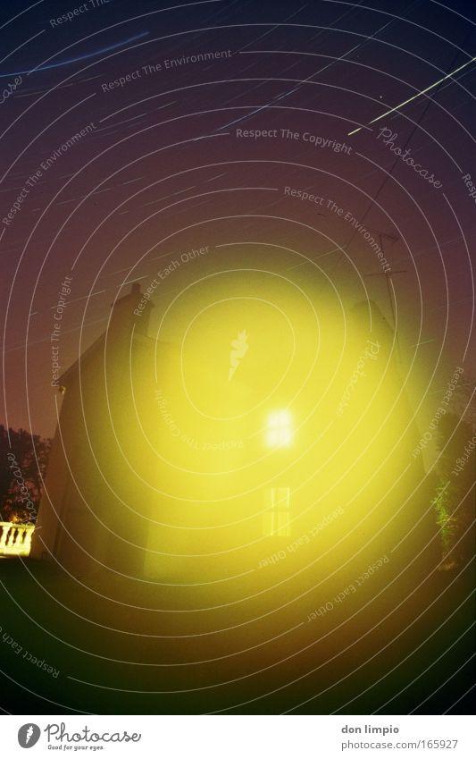 midnight disaster gelb Stern Nebel nass Nachthimmel beobachten Dorf Desaster Surrealismus Sternenhimmel Einfamilienhaus Energiekrise