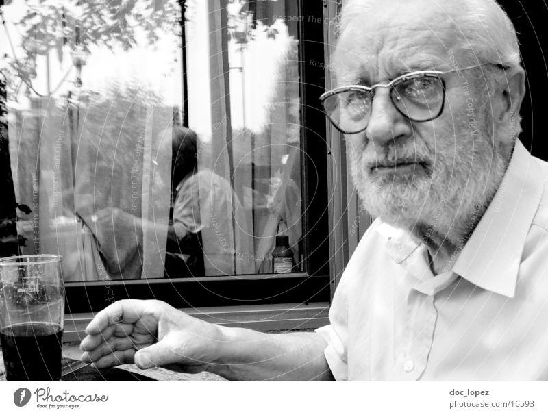 mein_Opa Großvater Mann Bier Porträt Reflexion & Spiegelung Sommer Brille Bart Hemd Mensch Schwarzweißfoto Glas älteres Semester